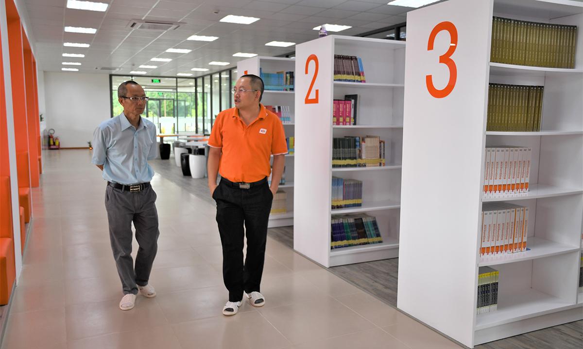 Thầy Nguyễn Khắc Thành (trái) - Hiệu trưởng ĐH FPT và thầy Nguyễn Xuân Phong - Phó hiệu trưởng ĐH FPT khảo sát một vòngcác phòng ốc trước giờ khánh thành. Khách mời khi đến tham dự buổi lễ sẽ được tham quan trường và giới thiệu về chức năng của từng phòng. Năm 2006, thương hiệu FPT nổi nhất tại Việt Nam về mô hình đại học tư nhân tự chủ, với những tư tưởng mới và sự đổi mới.