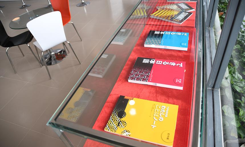 Tủ kính trưng bày các tài liệu sinh viên sẽ theo học được bố trí bên trong phòng Tuyển sinh.