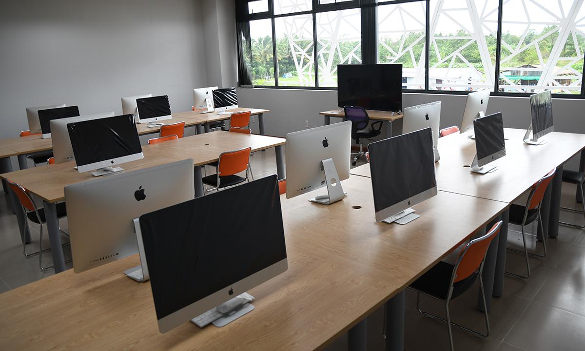 """Phòng LAB được lắp đặt các thiết bị điện tử hiện đại với chi phí đầu tư hơn 1 tỷ đồng. Đây là nơi dành riêng cho sinh viên ngành Thiết kế đồ họa. Màn hình của hãng Apple được đánh giá có độ hiển thị màu tốt nhất trên thị trường sẽ là công cụ đắc lực hỗ trợ cho sinh viên trong suốt thời gian theo học tại trường. Phòng học tiêu chuẩn của ĐH FPT có tối đa 40 chỗ ngồi. Theo anh Nguyễn Huỳnh Sơn, cán bộ phòng Tuyển sinh, cho biết: """"Mỗi lớp học có khoảng 30 sinh viên. Nhà trường luôn giữ số lượng sinh viên ở mức tốt nhất để đảm bảo chất lượng giảng dạy và việc trao đổi giữa thầy và trò hiệu quả nhất""""."""