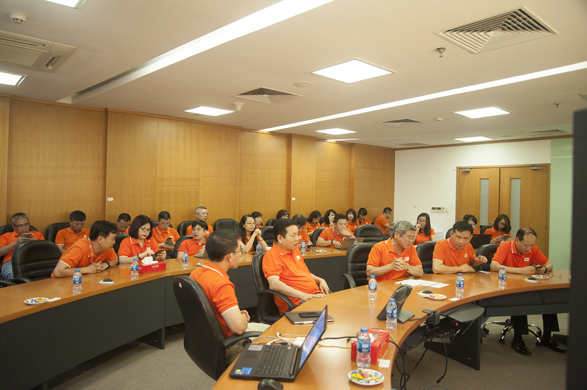 Các lãnh đạo tập đoàn cùng chung một màu áo cam trong buổi họp giao ban đầu tuần. Ảnh: Ngọc Thắng.