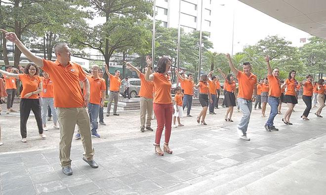 Sau một tháng phát động phong trào mặc áo cam đồng phục đi làm mỗi sáng thứ Hai hằng tuần, các đơn vị trong toàn tập đoàn đều đã nhiệt tình hưởng ứng. Việc mặc áo cam đi làm đang dần trở thành thói quen với người FPT.  Sáng nay, 11/6, CBNV FPT HO tham gia nhảy điệu nhảy FPT 30 năm Tiên phong tại sảnh 0 tòa nhà FPT Cầu Giấy. 100% CBNV FPT HO đều mặc đồng phục áo cam. Ảnh: FUN.