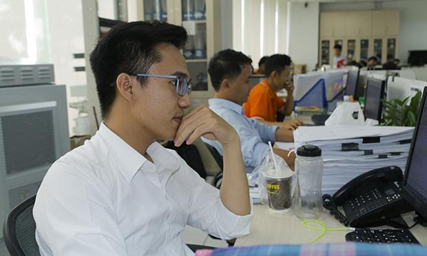 Sau một tháng triển khai, việc mặc đồng phục áo cam FPT tại tòa nhà Tân Thuận theo quan sát của phóng viên đạt khoảng 80%. Nguyên nhân các CBNV không mặc áo chủ yếu rơi vào các trường hợp: nhân viên mới chưa có áo, CBNV quên lịch, áo dùng vào cuối tuần nên không còn áo để mặc vào sáng thứ Hai. Đặng Văn Bình, FPT Telecom, chia sẻ, anh rất hưởng ứng với việc trong tuần có 1 ngày mặc đồng phục, nhưng anh đã cho đồng nghiệp mượn áo cam nên sáng nay đành phải mặc áo thường đi làm. Ảnh: Xuân Phương.