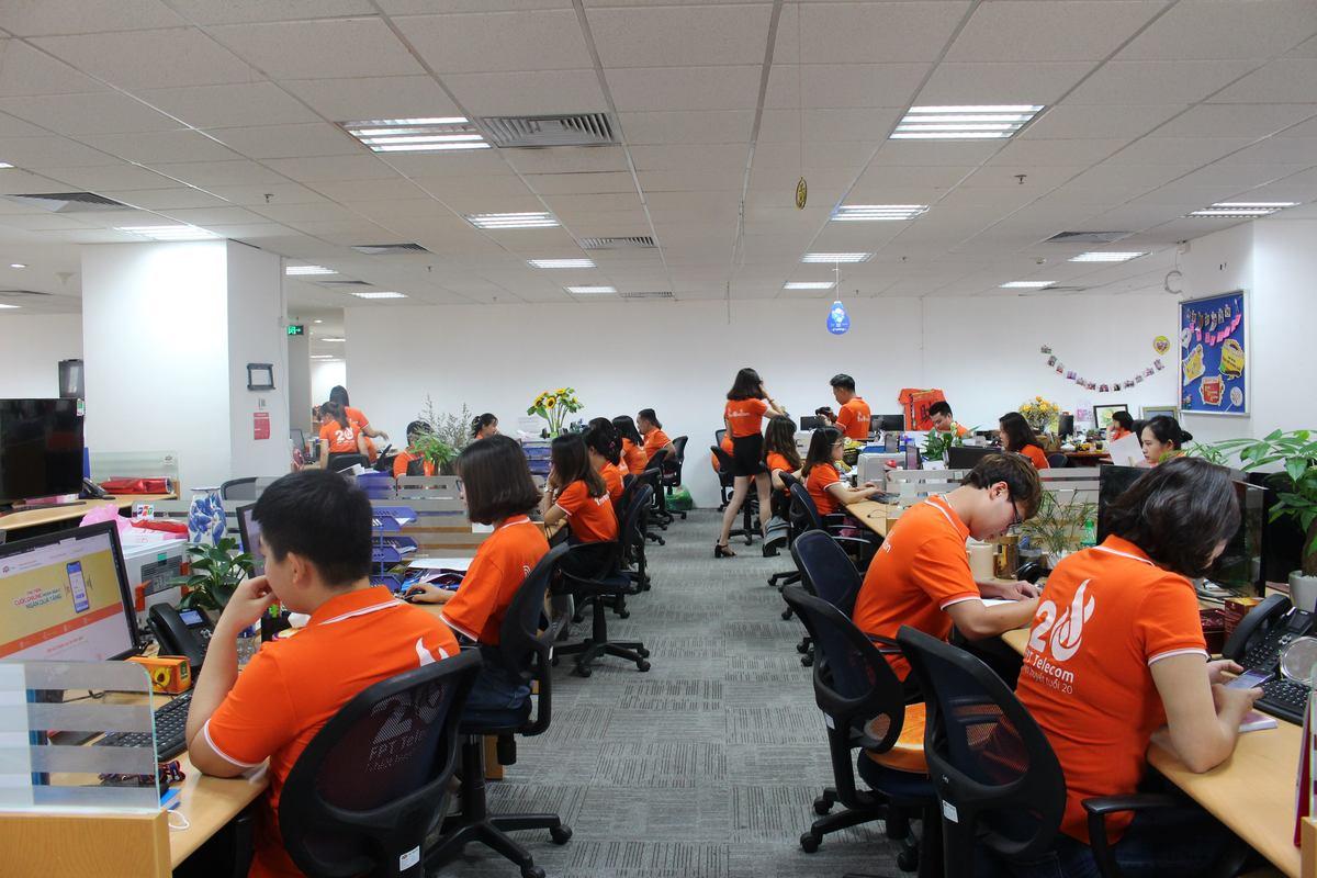 Văn phòng FPT Telecom Hà Nội tại tòa nhà PVI cũng phủ kín sắc cam.