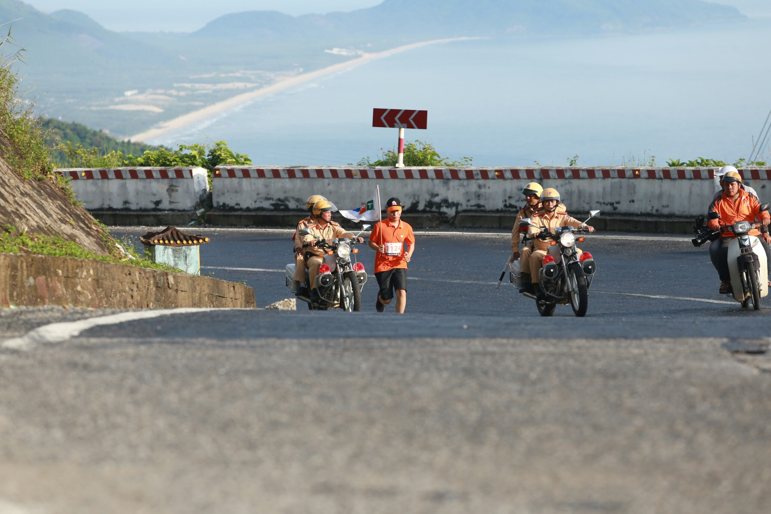 Hơn 10 VĐV thay nhau cho đường chạy khoảng 11km trên địa phận Huế, trước khi lên Hải Vân quan để hướng về TP Đà Nẵng.