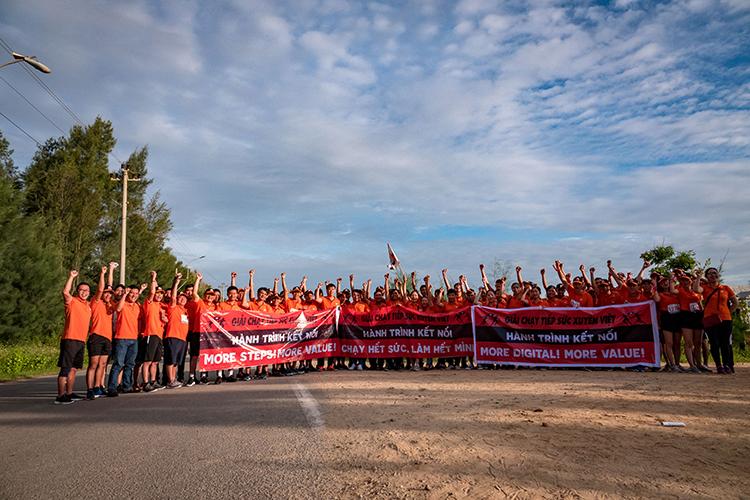"""Chặng 15 """"Hành trình kết nối"""" xuất phát lúc 6h30 sáng tại Chu Lai (huyện Núi Thành) tiến sang huyện Đức Phổ, Quảng Ngãi. Quãng đường gần 80 km sẽ được hơn 60 CBNV nhà 'Cáo' đảm trách. Khoảng nửa nhân sự là chủ nhà Quảng Ngãi, số còn lại chia đều cho chi nhánh Kon Tum và INF miền Nam. Ảnh hơn 30 VĐV chạy chặng sáng, từ Chu Lai đến thành phố Quảng Ngãi."""