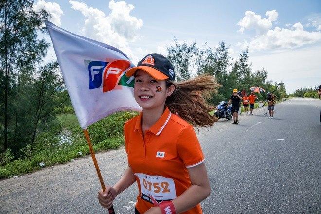 VĐV Đặng Thị Ngân, Trung tâm Quản lý cước Diễn Châu, Nghệ An, mang số áo 0618, thu hút sự quan tâm bởi phong cách trẻ trung cùng nụ cười rạng ngời khi thực hiện phần chạy của mình.