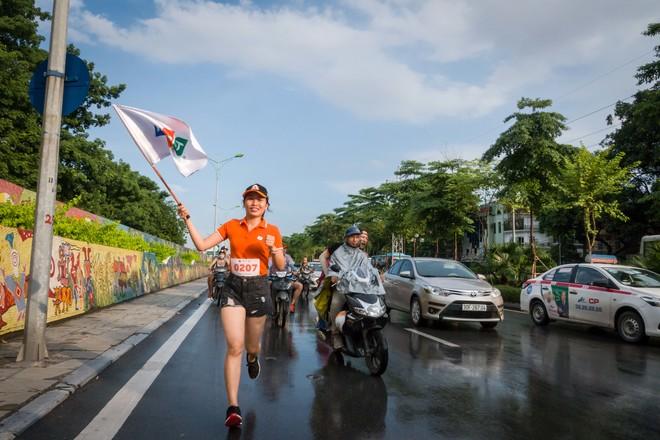 """Không ngại nắng, mưa, bụi đường ... là những gì VĐV Lê Thị Thơm, phòng Kế toán Hà Nội (số áo 0207) chia sẻ khi vinh dự là một trong 3.000 người nhà """"Cáo"""" tham gia giải chạy xuyên Việt."""