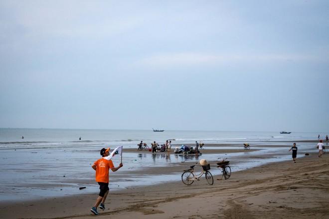 """5h30 sáng ngày 9/8, tại làng chài Sầm Sơn, người nhà """"Cáo"""" tại xứ Thanh có những bước chạy đầu tiên trong chặng 5 với tổng chiều dài lên tới 94 km, từ Thanh Hoá sang Nghệ An. Lần đầu đoàn """"Hành trình kết nối"""" chạm biển, sáng nay, các VĐV đầu tiên được chạy trên bờ cát trong ánh bình minh của Sầm Sơn."""