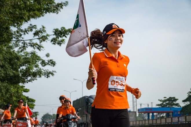 Trịnh Thị Kim Tuyến (Trung tâm Quản lý & Phát triển Hạ tầng - INF) đang 'gây sốt' trong cộng đồng người Viễn thông FPT bởi gương mặt hài hòa, thanh tú khi thực hiện đường chạy tại Thanh Hóa chiều ngày 9/8 trong chặng 5 từ Sầm Sơn đi Hoàng Mai (Nghệ An).