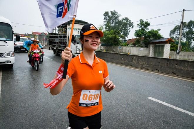 """Chiều ngày 11/8, chị Dương Thị Cẩm Hằng, số thứ tự 0752, dù chạy trong thời tiết oi, nóng tại Hà Tĩnh nhưng vẫn nở nụ cười rạng ngời trong quãng đường 300 m. Tuy nhiên, sau khi chạy xong, nữ VĐV đã ngất xỉu, phải nhờ tới sự giúp đỡ của y tế trong chặng 7 từ Cửa Lò đi Thiên Cầm (Hà Tĩnh). Ngày 5/8, lễ ra quân giải chạy """"Hành trình kết nối"""" do FPT Telecom tổ chức đã diễn ra thành công tốt đẹp tại km số 0 - Cửa khẩu Hữu Nghị (Lạng Sơn). Sau đó, đoàn chạy tiếp tục hành trình xuyên Việt, băng qua địa bàn tỉnh: Bắc Giang, Bắc Ninh, Hà Nội, Hà Nam, Ninh Bình, Thanh Hóa, Nghệ An... """"Hành trình kết nối"""" diễn ra xuyên suốt trong 31 ngày, từ 5/8 đến 4/9 trên quãng đường dài 2.600 km với 31 chặng tại 28 tỉnh/thành, dọc theo đường trục Bắc Nam, nơi in dấu chân của những nười FPT Telecom đã đi qua, những đôi chân không mỏi mệt đưa Internet Việt Nam đi khắp mọi miền Tổ quốc góp vào sự tiên phong và trường tồn của FPT. Trong suốt một tháng, 3.000 người sẽ mặc áo đồng phục phủ một màu cam các ngả đường từ Bắc vào Nam, tạo sức lan tỏa và hình ảnh FPT to lớn đến cộng đồng. Dự kiến ngày 4/9, tại đất mũi Cà Mau, Chủ tịch FPT Trương Gia Bình sẽ nhận lá cờ FPT từ vận động viên mang số áo 3.000. Lãnh đạo FPT Telecom cắm cờ vào cột mốc kết thúc quốc lộ 1A, đánh dấu hoàn thành đường chạy lịch sử dọc chiều dài đất nước của nhà F."""