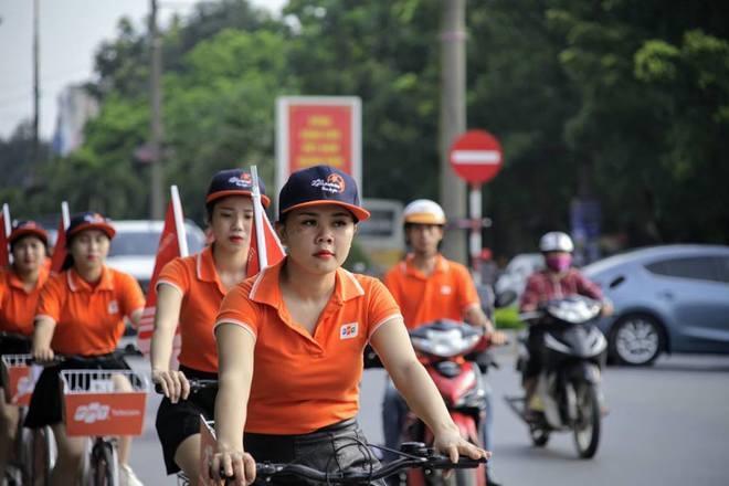"""Theo anh Lê Quang Bá, GĐ FPT Telecom Thanh Hóa, ngoài 100 VĐV, còn có sự tham gia của đội roadshow của chi nhánh. Các nữ đồng nghiệp sẽ mặc áo cam, đạp xe trong quãng đường 20 km theo chân VĐV. """"Lần đạp xe này với bộ phận kinh doanh tại chi nhánh Thanh Hóa có ý nghĩa rất khác. Nó là một hoạt động nằm trong chuỗi sự kiện đồng hành cùng giải chạy xuyên Việt của người FPT Telecom. Do đó, dù có đạp xe liên tục trong một giờ, chúng tôi cũng rất vui và tự hào"""", anh Lê Đăng Huy, FPT Telecom Thanh Hóa, chia sẻ."""