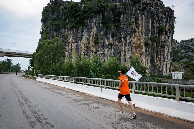 Tại chặng 5, các VĐV băng qua cầu Ghép, cầu Hồ theo chân cầu vượt tiến tới nhà máy điện Nghi Sơn.