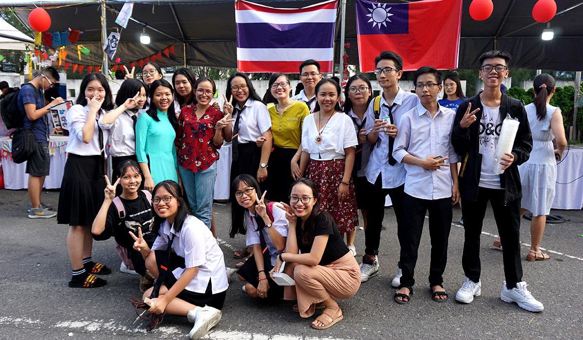 """Ngày 22/8, tại sảnh tòa nhà FPT, khu công nghiệp An Đồn, quận Sơn Trà, TP Đà Nẵng, Trung tâm Trao đổi sinh viên quốc tế FPT - FISEC đã tổ chức sự kiện """"International Day - Ngày hội văn hóa quốc tế""""."""
