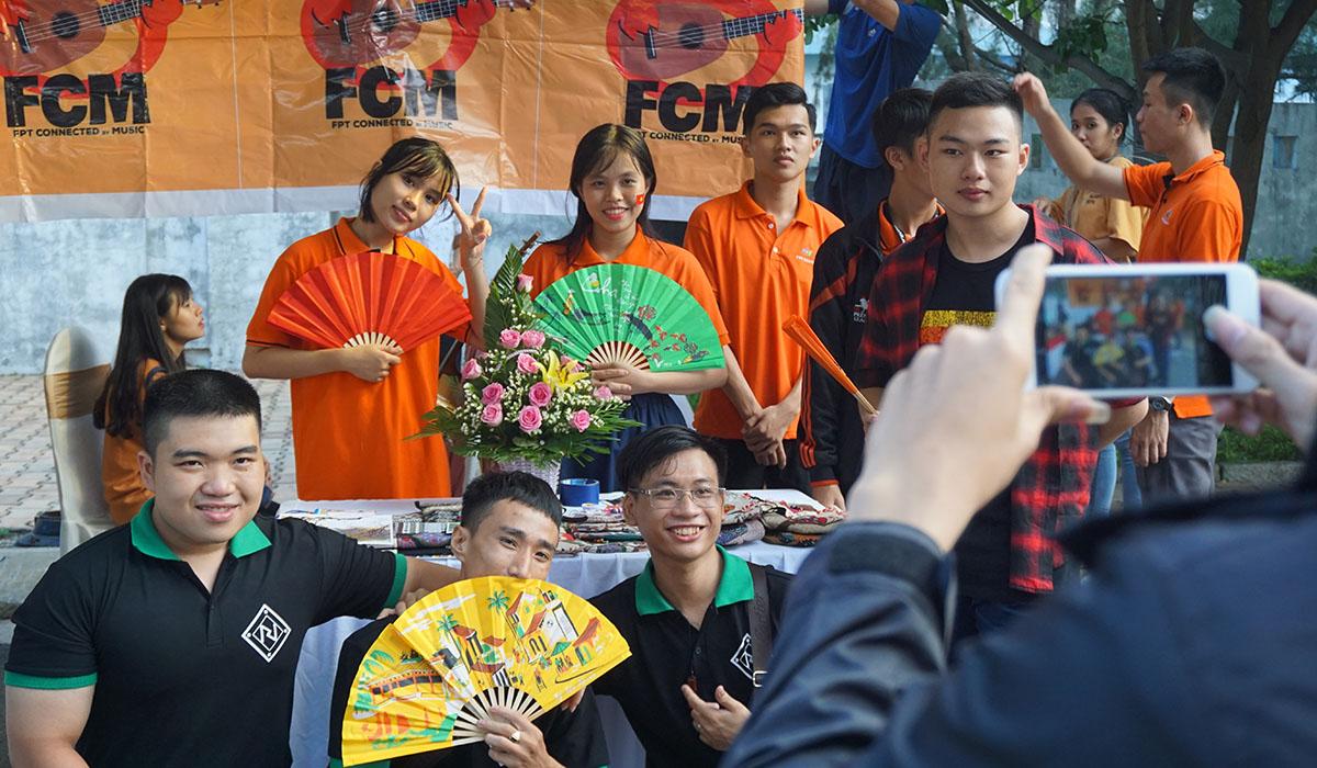 ĐH FPT cũng mang đến gian hàng với nhiều nét văn hóa đặc trưng của người Việt, thu hút sự quan tâm của sinh viên quốc tế.
