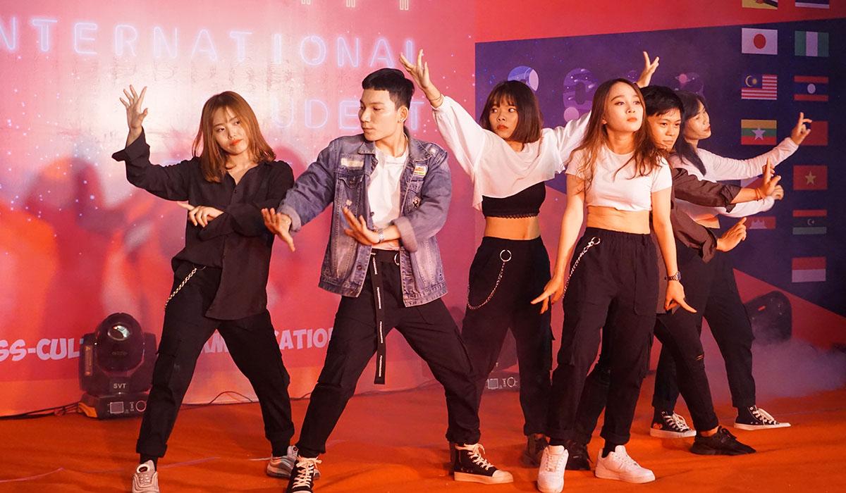 Đại diện các trường của FPT như ĐH FPT, FPT School, BTEC FPT hay ĐH Greenwich (Việt Nam) lần lượt trình diễn các tiết mục giao lưu. Ảnh nhóm nhảy ĐH Greenwich (Việt Nam) khuấy động bầu không khí bằng những vũ điệu sôi động.