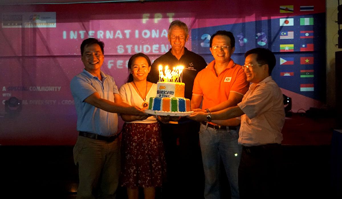 Dịp này, FISEC còn kỷ niệm hai năm thành lập. Lãnh đạo đơn vị thắp nến mừng sinh nhật trước sự chứng kiến của 300 sinh viên quốc tế. FISEC ra đời vào tháng 8/2016 trên cơ sở nâng cấp bộ phận Trao đổi sinh viên và Tuyển sinh ngắn hạn thuộc Khối Phát triển sinh viên quốc tế (FGO) trước đây. Đơn vị chịu trách nhiệm phát triển quan hệ hợp tác quốc tế của Tổ chức Giáo dục FPT trong lĩnh vực trao đổi sinh viên, tuyển sinh và tổ chức quản lý đào tạo các chương trình đào tạo ngắn hạn dành cho sinh viên quốc tế tại Việt Nam. Cũng năm 2016, FISEC tiếp nhận khoảng 500 sinh viên quốc tế từ Brunei, Thái Lan, Nhật Bản, Hàn Quốc, Đài Loan, Australia, Đức, Pháp, Mỹ… cho các chương trình trao đổi sinh viên, thực tập, học tập và giao lưu ngắn hạn tại Việt Nam. Năm 2017, khoảng 1.000 sinh viên quốc tế đến đây theo học và giao lưu.