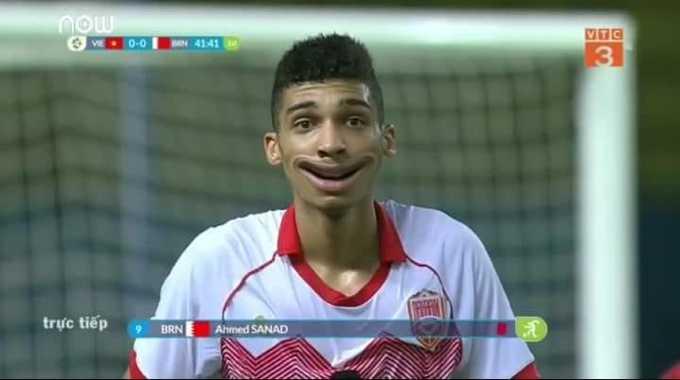 """Nụ cười """"méo mó"""" của Sanad Ahmed khi nhận thẻ đỏ từ trọng tài."""