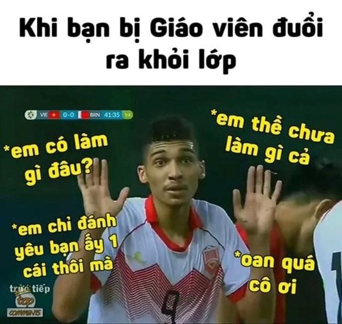 Trong trận đấu giữa Bahrain và Việt Nam diễn ra hôm 23/8, ở phút 42, cầu thủ Sanad Ahmed đạp trúng chân Văn Thanh. Trọng tài người Trung Quốc đã rút thẻ đỏ trực tiếp đuổi cầu thủ này rời sân