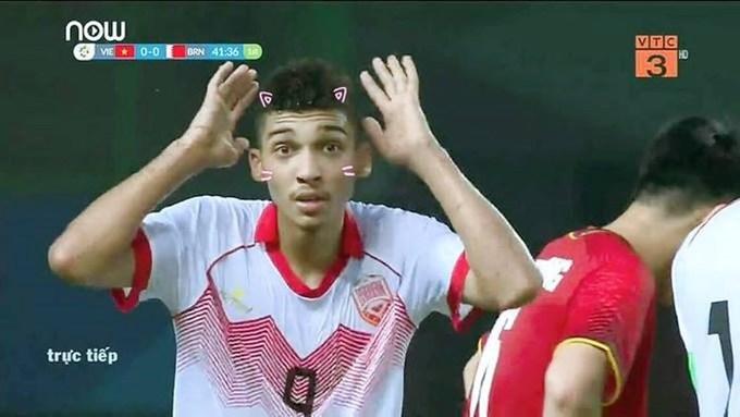 Hành động và biểu cảm của cầu thủ Sanad Ahmed sau khi nhận thẻ đỏ thành đề tài chế ảnh của người dùng mạng xã hội đêm qua.