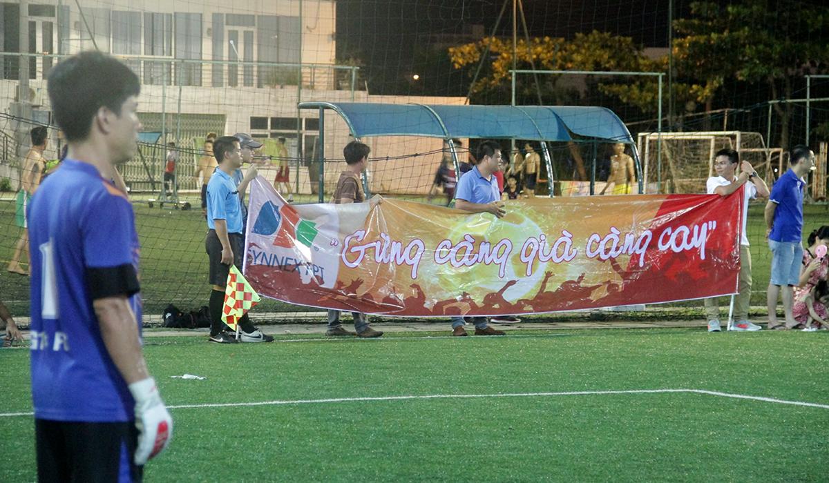 Trận chung kết Cup 13/9 miền Trung giữa Synnex FPT và FPT Retail diễn ra vào tối ngày 31/8 tại sân bóng Làng thể thao Tuyên Sơn, TP Đà Nẵng. 18h, hàng trăm cổ động viên đã phủ kín sân để thưởng thức màn so tài giữa hai đội bóng.