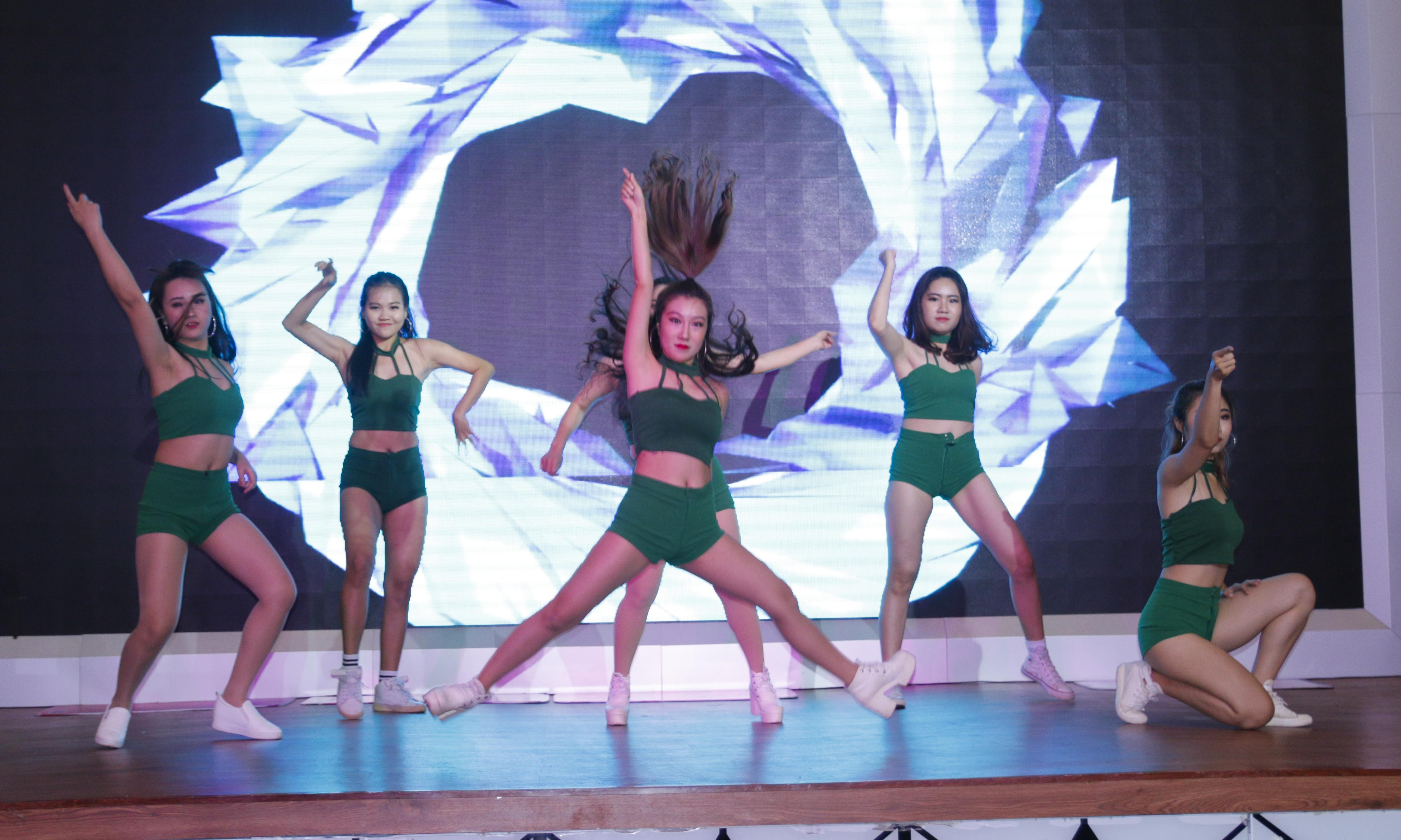 Tiết mục nhảy của các cô gái nóng bỏng đến từ nhà tài trợ OPPO khiến game thủ cả hội trường không rời mắt.