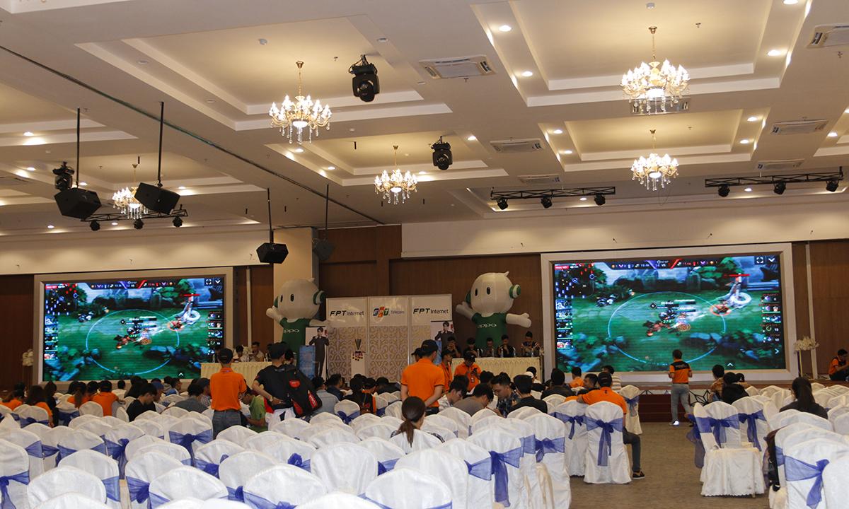 Ở mỗi vòng, có 2 đội ngồi trên sân khấu và cuộc đối đầu này được livestream trên màn hình của hội trường và fanpage FPT Telecom và liên quân Mobile Genara.