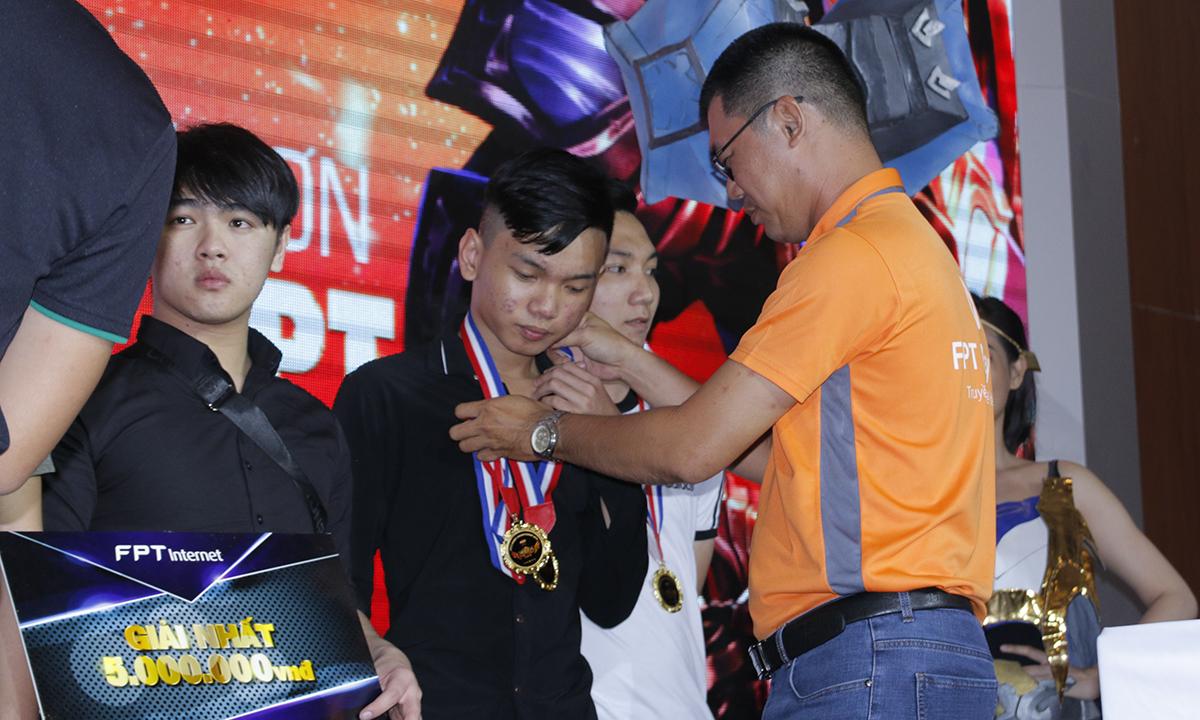 Áp đảo SPS, vượt qua 87 đội, Yêu FPT giành ngôi vị cao nhất FPT eSport Championship Cần Thơ.