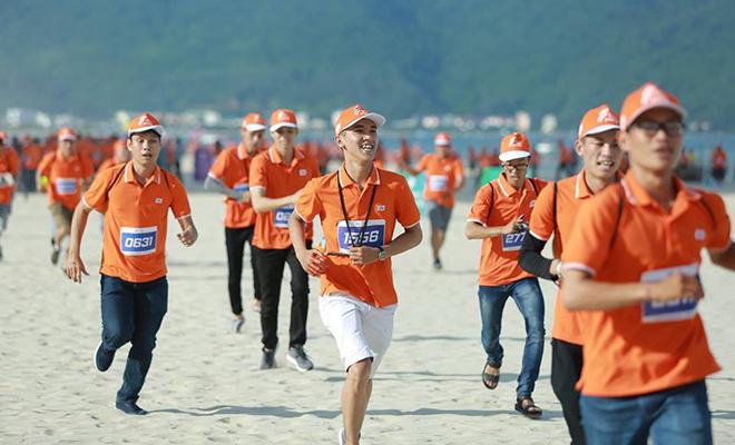Lần đầu tiên tại lễ sinh nhật tập đoàn khu vực miền Trung, CBNV nhà F được trải nghiệm hoạt động mới mẻ và hấp dẫn: Marathon công nghệ. Nội dung thu hút hàng nghìn người FPT tham gia trên bãi biển Công viên Biển Đông, TP Đà Nẵng.
