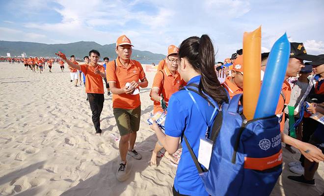 Top 30 VĐV về đích đầu tiên được nhận huy chương. Đích thân CEO FPT Bùi Quang Ngọc và PTGĐ FPT Hoàng Việt Anh là người trao huy chương.