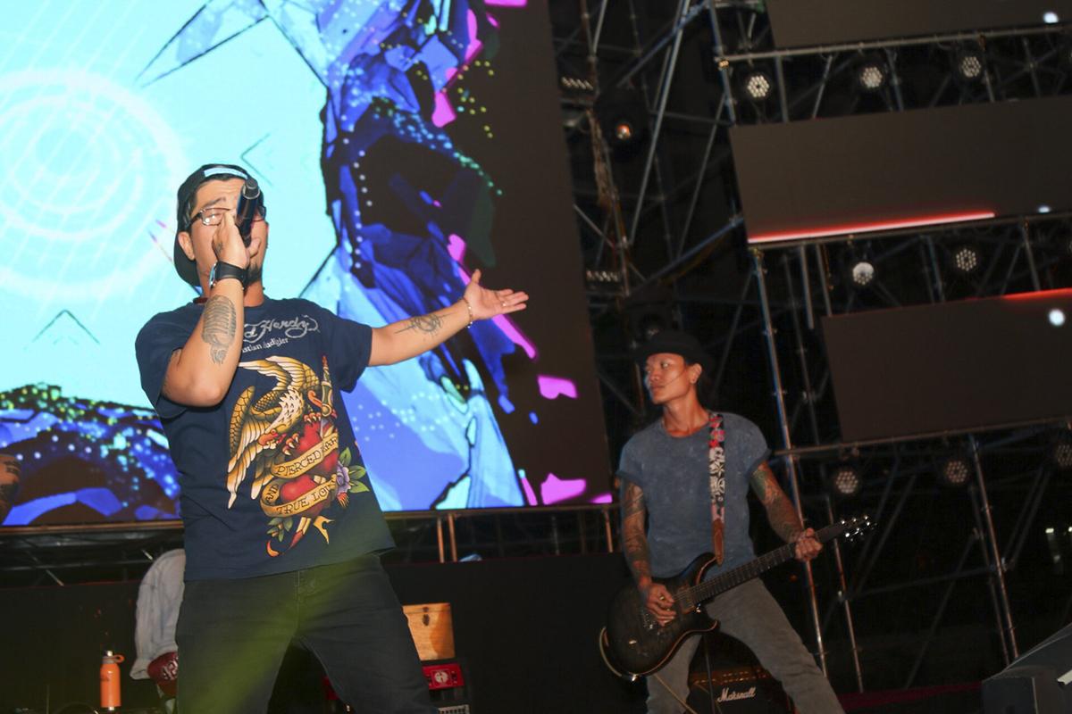 """Đỉnh điểm của đêm nhạc hội là sự xuất hiện của ban nhạc rock Microwave. Sau hơn 13 năm thành lập, Microwave đã trở thành một rock band hàng đầu Việt Nam.Trong đó, 2 bản hit Tìm lại và Bão đêm đã từng """"oanh tạc"""" các bảng xếp hạng âm nhạc của thời điểm ấy."""