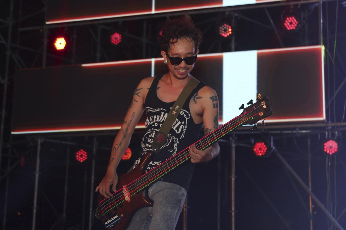 Các thành viên Microwave đã cống hiến hết mình đến mức chiếc guitar đã đứt dây khi cả band đang trình diễn.