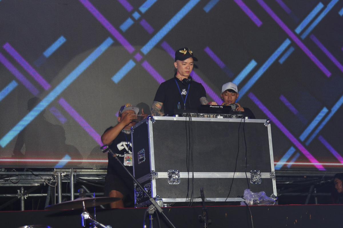 """Sự xuất hiện của DJ Tommy đốt cháy không khí lễ hội bia. 8.000 cũng vỗ tay, nhún nhảy theo nhạc EDM cực mạnh.Từng đạt giải Nhì trong cuộc thi vinh danh tài năng DJ Việt Nam năm 2007, 12 năm """"làm mưa làm gió"""" trên nhiều bar, vũ trường lớn, Mai Thế Tùng với nghệ danh Tommy hiện là cái tên hot nhất làng DJ Hà thành."""