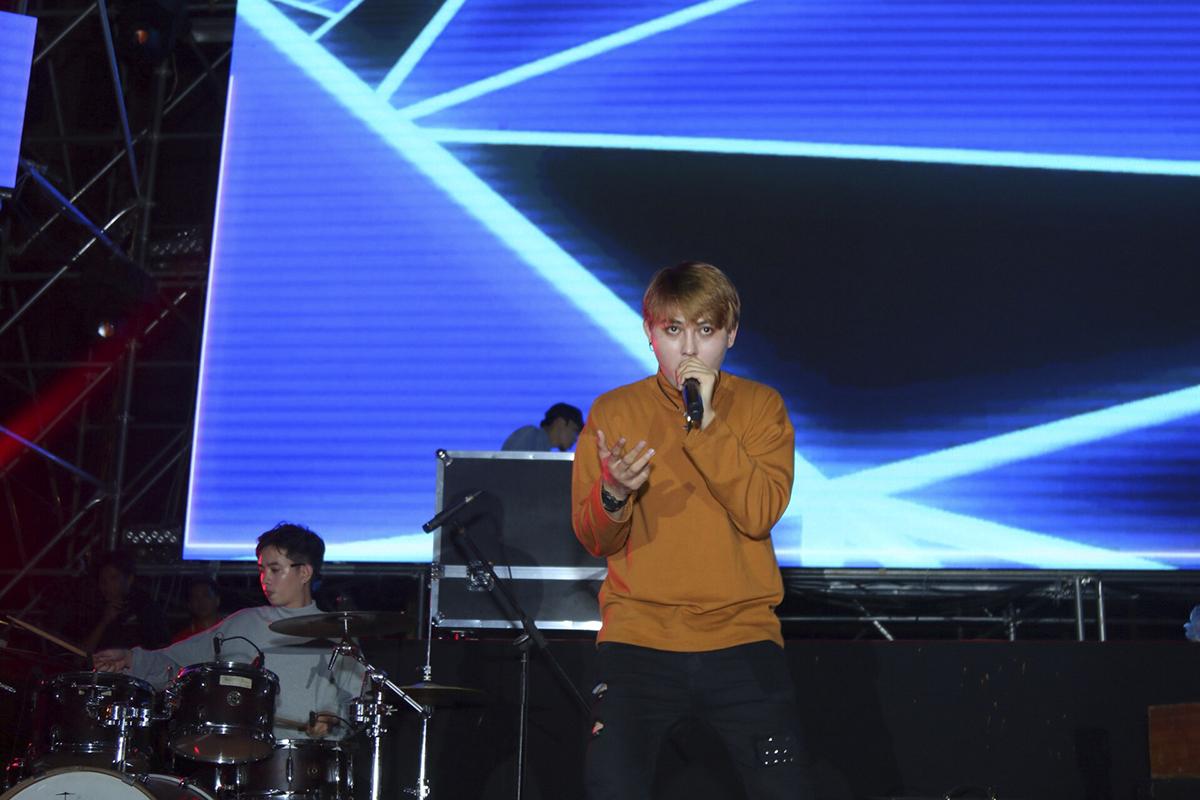Tia Chớp Bạc từng gây sốt khi tham gia các gameshow Sàn đấu ca từ hay Phiên bản hoàn hảo. Ban nhạc trẻ trung này được ví như làn gió mới của rock Việt.