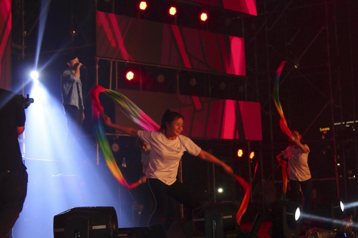 Sau màn đốt cháy sân khấu của ban nhạc Tia Chớp Bạc là phần trình diễn của beatboxer Trần Thái Sơn - chàng trai đến từ Ban Văn hóa - Đoàn thể FPT.