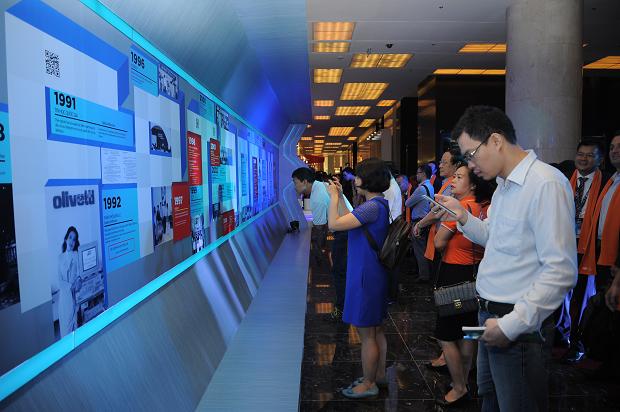 """Triển lãm Công nghệ FPT Techday 2018 mang tên """"The AI City in your sight"""". Tại đây, BTC thiết kế triển lãm theo dòng thời gian phát triển 30 năm của FPT và tầm nhìn đến thế giới tương lại, nơi con người thụ hưởng. Tầm nhìn công nghệ mà FPT muốn chia sẻ tại sự kiện ngày hôm nay là Thành phố thông minh, thành phố của trí tuệ trong tầm mắt - The AI City in your sight. Đầu tiên, khi cánh cổng thời gian mở ra, người tham dự đắm mình vào không gian quá khứ với những thành tựu FPT đã đạt được trong 30 năm qua."""