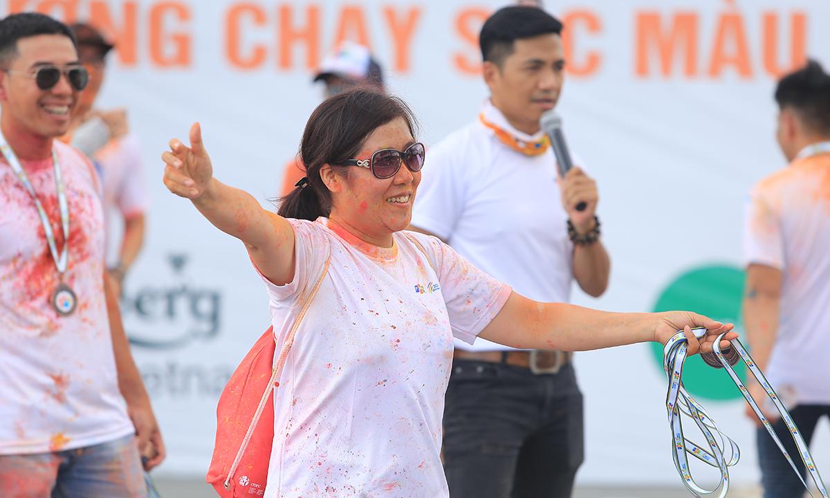 Chị Nguyễn Thị Thanh Lê, GĐ Synnex FPT HCM, đã dang rộng vòng tay, trao những cái ôm thân mật đến những người nỗ lực hoàn thành chặng đường 5 km.