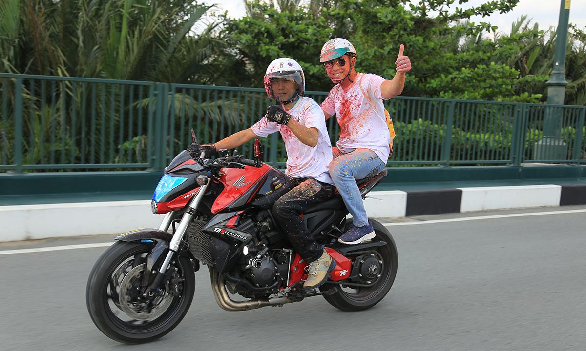 """TGĐ FPT Telecom Hoàng Việt Anh cùng đoàn mô tô dẫn đầu đường chạy. Cả áo và xe đều bị người FPT """"nhúng bột"""" kỹ lưỡng. Theo ghi nhận, không chỉ riêng anh Việt Anh mà cả BTC đều thấm đủ màu sắc do chính tay người tham dự thực hiện."""