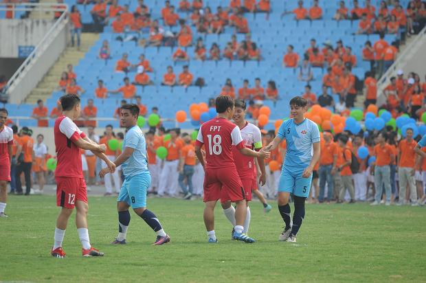 Sự kiện kỷ niệm FPT 30 năm - Mở lối tiên phong chính thức bắt đầu lúc 7h, tại sân vận động quốc gia Mỹ Đình. Chương trình mở màn với màn giao hữu bóng đá giữa 2 đội tuyển FPT Hà Nội và FPT HCM. Trận đấu bóng kéo dài trong 1 giờ với phần thắng chung cuộc thuộc về đội FPT Hà Nội. Cầu thủ ghi bàn duy nhất, ấn định tỷ số 1-0 cho đội bóng thủ đô là Lê Đức Trường - nhân viên FPT IS.