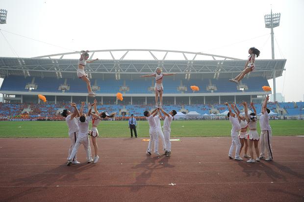 Để hâm nóng bầu không khí, nhóm nhảy FPT trình diễn tiết mục FPT 30 năm Tiên phong. Mọi người hào hứng cùng hòa theo nhịp bài hát khiến bầu không khí trở nên sôi động.