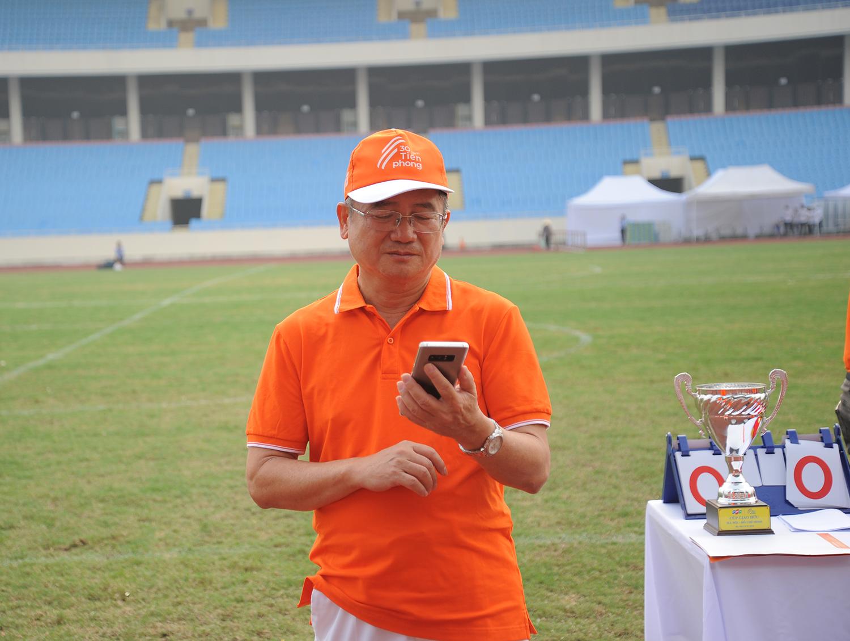 Từ sáng sớm khi mới chỉ có lác đác bóng áo cam, TGĐ Bùi Quang Ngọc đã có mặt tại sân vận động quốc gia Mỹ Đình. Là người làm việc nguyên tắc, anh muốn mọi thứ phải diễn ra chuẩn chỉ theo thời gian định trước.