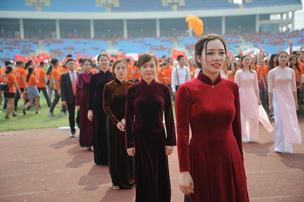 Trang phục nhà Giáo dục sử dụng chủ yếu là áo dài, vest và sơ mi đúng tính chất tầng lớp trí thức Việt Nam qua các thời kỳ, qua các lứa tuổi.
