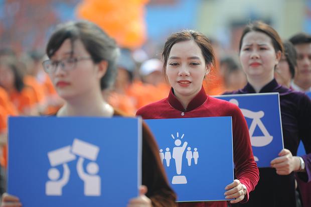 Trong ngày sinh nhật tập đoàn, lễ diễu hành với hơn 1.800 người F tham gia đã khắc họa rõ nét các giai tầng trong xã hội Việt Nam thời bao cấp, gắn với thời điểm FPT ra đời. Kết thúc hội thao 13/9, FPT IS là đơn vị giành giải Nhất toàn đoàn; FPT Software đứng thứ hai và FPT Telecom đứng thứ ba. Trong các môn thi riêng lể, FPT IS giành giải Nhất bóng sọt; FPT Telecom giải Nhất diễu hành, Synnex FPT giải Nhất 4 môn phối hợp và FPT Software đạt Nhất kéo co. Sau phần trao thưởng, người FPT cùng nhau thưởng thức lễ hội bia lớn nhất trong năm, do hãng Carlsberg tài trợ.