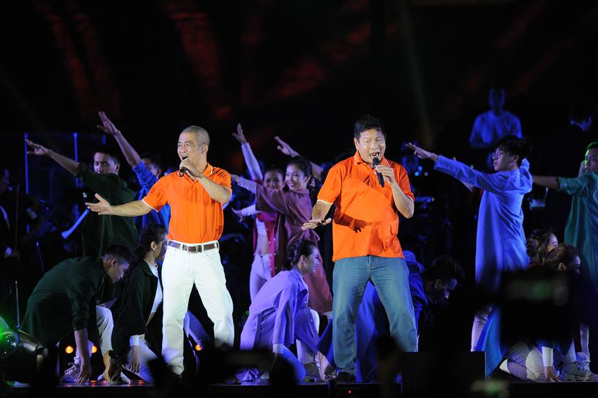 """Với sự bắt nhịp của anh Trương gia Bình, hàng nghìn người FPT có mặt trong đêm nhạc đã cùng cất vang tiếng hát: """"FPT dòng sông ta về""""."""
