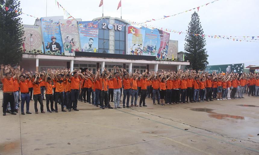 """Trong khi đó, chi nhánh Bình Dương """"tràn"""" ra phố, phủ sắc cam ở khu vực trung tâm thành phố Thủ Dầu Một."""