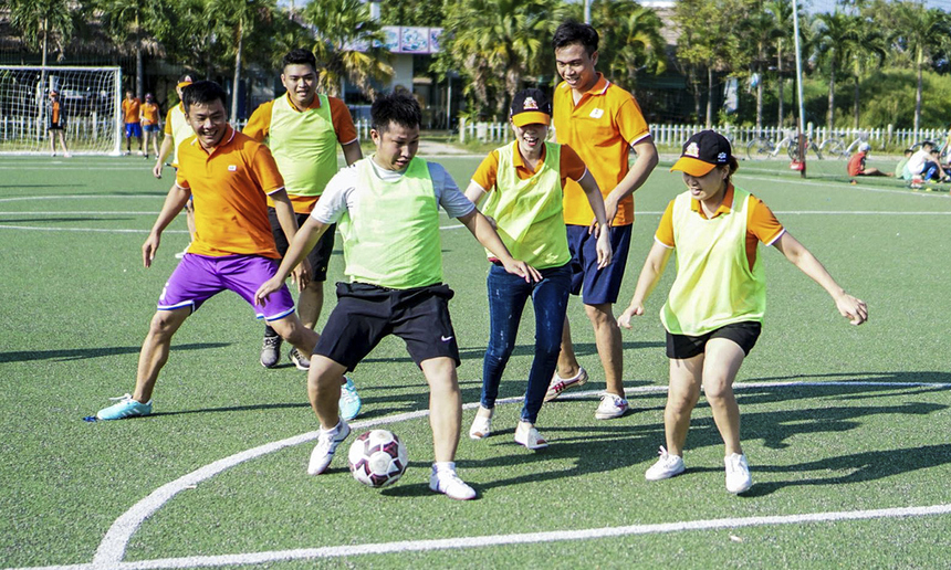 """Các giải thi đấu đá bóng nam nữ được tổ chức nhằm tạo sự gắn kết giữa anh em trong chi nhánh. Chi nhánh Nghệ An tổ chức thi đấu bóng đá """"trộn giới""""."""