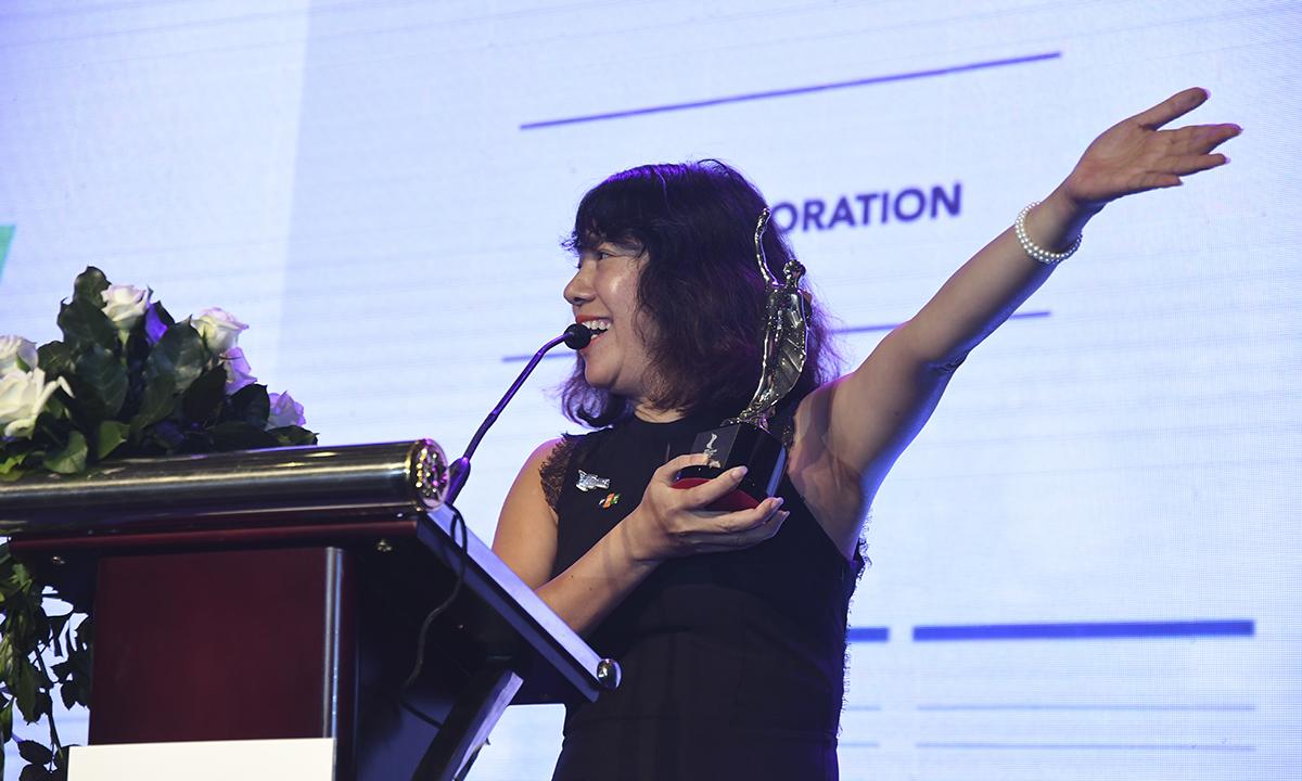 """Trong phần phát biểu bằng tiếng Anh, chị Hồng hướng tay về phía chỗ ngồi của các đại diện nhà F và bày tỏ: """"Tôi muốn gửi lời cảm ơn chân thành đến tạp chí HR Asia Magazine khi trao cho chúng tôi giải thưởng danh giá này. Đồng thời, tôi cũng xin cảm ơn hơn 400 nhân viên nhân sự của FPT đã làm việc đầy nỗ lực và giải thưởng này xứng đáng dành cho các bạn. Tôi tin rằng FPT sẽ gặt hái được nhiều thành tựu hơn nữa trong tương lai. Một lần nữa, xin chân thành cảm ơn""""."""