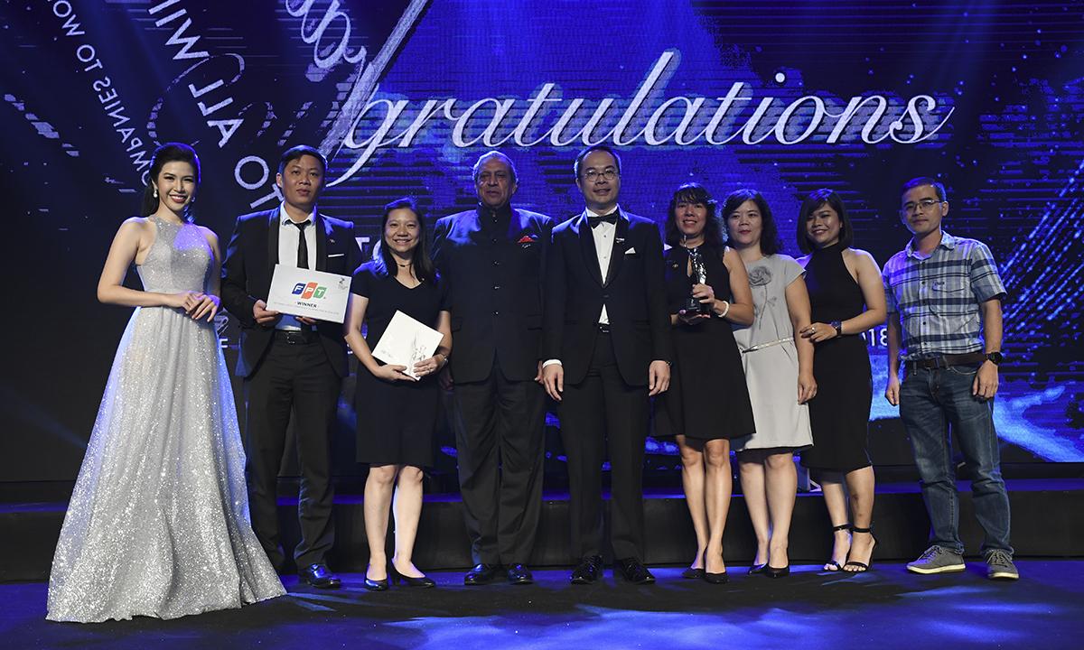 Trong vòng khảo sát, Ban tổ chức lựa chọn ít nhất là 20 hoặc 20% CBNV của công ty tham gia trả lời bộ câu hỏi về các nội dung liên quan đến sự gắn bó của nhân viên, văn hóa và môi trường làm việc, cơ hội phát triển và thăng tiến. HR Asia Award là một trong những khảo sát nghiên cứu có cấu trúc và sâu rộng nhất về các cam kết của nhân viên và nơi làm việc trong khu vực châu Á. Thông qua chương trình này, HR Asia Award đã phát hiện ra rằng nhiều công ty ở châu Á có môi trường làm việc chuyên nghiệp ngang bằng các công ty hàng đầu trên thế giới. Ảnh Những đại diện nhân sự FPT chụp lưu niệm cùng đơn vị tổ chức giải thưởng.