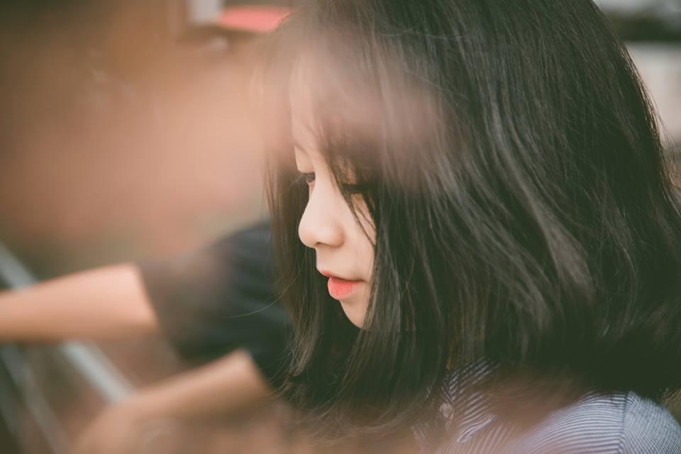 Hương sở hữu dáng người nhỏ nhắn, tóc ngắn cùng khuôn mặt đáng yêu.