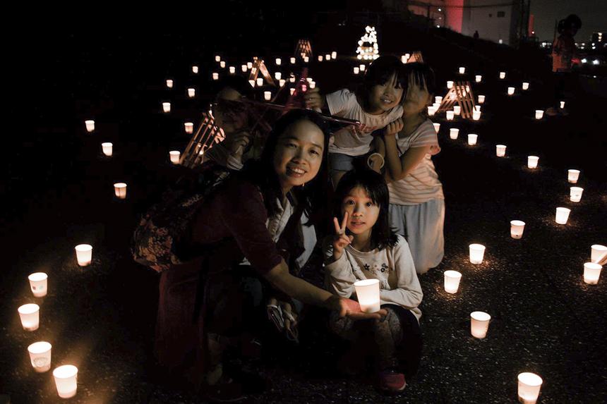 Đây cũng là dịp để các gia đình cán bộ nhân viên nhà F xứ sở mặt trời mọc quây quần bên nhau. Nhân dịp Trung thu, người nhà F trên toàn Việt Nam cũng tổ chức nhiều hoạt động vui chơi, tặng quà cho FPT Small bên cạnh những chuyến đi thiện nguyện tại Hà Giang, Đà Nẵng, TP HCM...