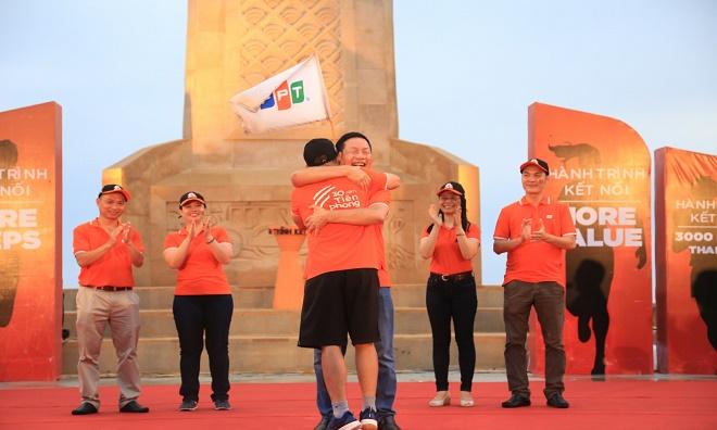 """Chủ tịch Trương Gia Bình là người cuối cùng nhận lá cờ FPT vung cao trên nền trời Đất Mũi, đánh dấu lịch sử của nhà F cho hành trình dài 31 ngày với 2.650 km. Hành trình trở thành sợi dây kết nối không chỉ những con người FPT với nhau, mà còn là hình ảnh gắn kết hàng triệu con người Việt Nam. Sự kiện này cũng là mốc đánh dấu việc FPT Telecom chính thức nhận 2 hạng mục Kỷ lục Việt Nam """"Quãng đường chạy dài nhất"""" và """"Số lượng vận động viên tham gia nhiều nhất""""."""